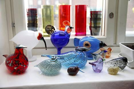 Oiva Toikan lasilintuja on valmistettu lukuisissa väreissä ja muodoissa.