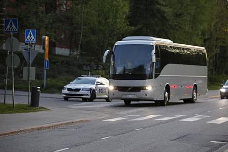 Evakuoituja asukkaita vietiin linja-autolla.