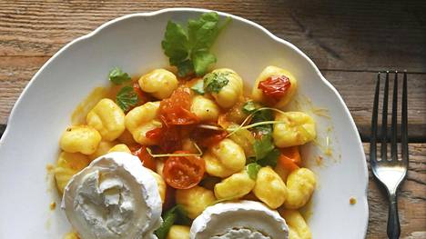 Tomaattien ihana maku ikään kuin kypsyy, kun ne paistaa viinietikassa ja sokerissa.