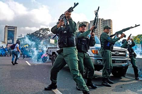 Tilanne kiristyy.  Venezuelan opposition puolelle siirtyneet kansalliskaartin sotilaat ampuivat ilmaan torjuakseen hallituksen joukkoja maan valtakamppailussa.