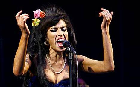 Amy Winehouse suuttui fanille ja mätkäisi häntä Glastonburyn festivaaleilla.