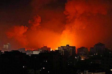Israelin ilmaiskut värjäsivät Gaza Cityn taivaan oranssiksi varhain sunnuntaiaamuna.