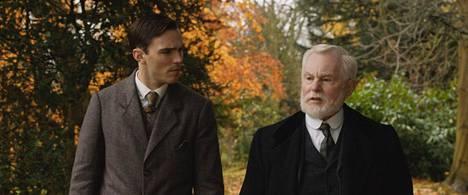 Tolkien (Nicholas Hoult) ja professori Wright (Derek Jacobi) puhuvat sanoista – ja suomen kielestä, jonka sanat innoittivat Tolkienia luomaan oman kielen, jota hän käytti muun muassa Taru sormusten herrasta -kirjoissaan.