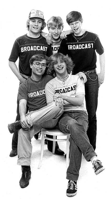 Broadcast-bändin alkuperäiskokoonpanoa vuonna 1980: Edu Kettunen (vas. ylh.), Seppo Allinen, Miri Miettinen, Esa Kaartamo (vas. alh.) ja Kim Lönnholm.