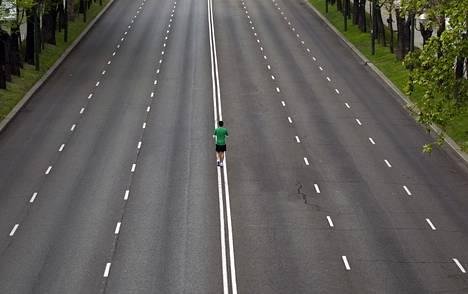 Tyhjä tie Madridissa.