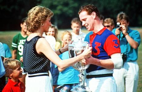Prinsessa Diana veti omat johtopäätöksensä miehensä suhteesta Camilla Parker- Bowlesiin ja alkoi seurustella poikiensa ratsastusopettajan James Hewittin kanssa.