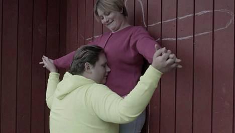 Maria (Martina Nyström) ja Janne (Victor von Schirach) etsivät läheisyyttä.