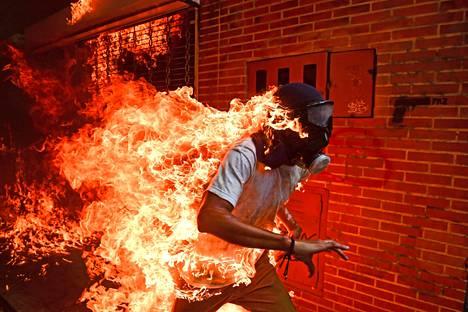 Palkittu kuva otettiin toukokuussa 2017 Venezuelan pääkaupungissa Caracasissa.