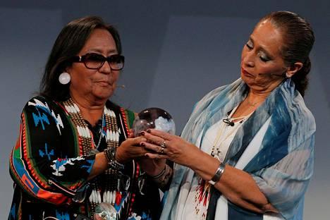 LaDonna Brave Bull Allard ja Phyllis Young (vas.) olivat viime vuonna ehdolla MIT:n Disobedience Awardin saajaksi.