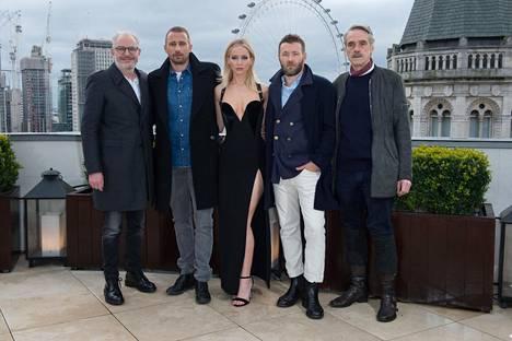 Tämä kuva aiheutti kohun. Miehet pukeutuivat pakkassäähän talvitakkeihin, kun elokuvan päätähti Jennifer Lawrence poseerasi paljastavassa mekossa.