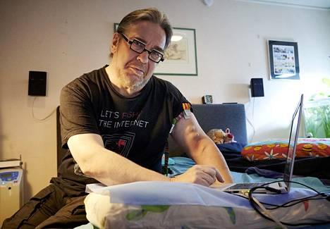 Jyrki Kasvi asuu yhä kotonaan Espoossa. Hänellä on ohjeistus kotona selviytymiseen toistaiseksi.