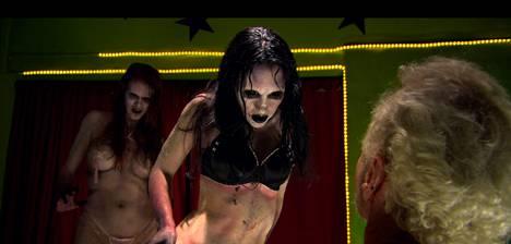 Zombie Strippers! on tehty tarkoituksella camp-henkiseksi, mutta lopputulos ei kriitikon mielestä ole onnistunut.