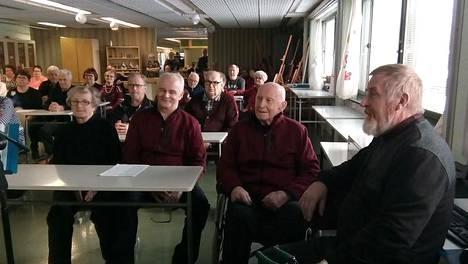 Haapajärven Invalidit ry järjesti upeat juhlat. Johannes Pietikäinen on kuvassa toinen oikealta.