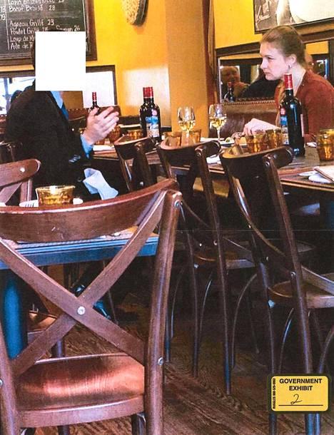Maria Butina ravintolassa Venäjän tiedusteluviranomaiseksi oletetun henkilön kanssa.