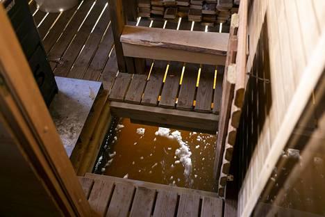 Saunan lattialuukusta on hyvä vaikkapa kalastella.