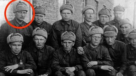 """Tämä valokuva on ainoa Walfred Andersonilla (ympyröity) säilynyt kuvatodiste palveluksesta """"Suomen kansanarmeijan"""" riveissä. Kuvassa olevat muut sotilaat ovat niin ikään suomalaistaustaisia."""