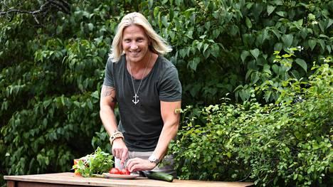 Sami Kuronen innostui kokkaamisesta perikymmentä vuotta sitten. Keittiömestarina työskentelevä veli Pasi Kuronen on myös jakanut veljelleen oppeja.