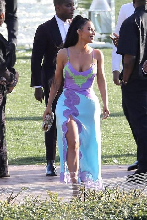 Jokainen muotia seuraava tietää, että 90-luvun vaikutteet näkyvät pukeutumisessa nyt vahvasti. Kim Kardashian on ottanut ysärimuodin paluun kirjaimellisesti.