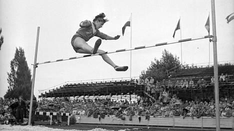 Iolanda Balasin tyylinäyte Bernin EM-kisoista 1954. Romanialainen muistetaan paitsi huikeista saavutuksistaan myös omaperäisestä tyylistä.