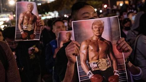 Hongkongin kaduilla juhlittiin torstaina Yhdysvaltain presidentti Donald Trumpin allekirjoittamaa lakia, joka asettuu tukemaan demokratiamielenosoittajia.