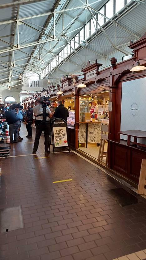 Tuotantoryhmä vieraili Vanhassa Kauppahallissa ainakin juusto-, liha- ja kalakaupoissa.