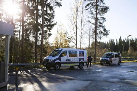 Poliisit olivat edelleen paikalla Kuortin ABC:llä perjantaina aamupäivällä. IS:n tietojen mukaan paikalla on myös noin IS:n tietojen mukaan 30 varusmiestä virka-aputehtävissä.