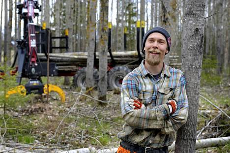 Lumilautailijasta kuoriutui metsuri. Roope Tonteri opiskelee alaa Kouvolan seudun ammattiopistossa toista vuotta.