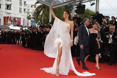 Huippumalli Alessandra Ambrosio tervehti yleisöä.