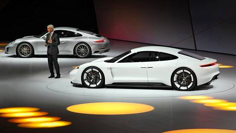Porsche Mission E (etualalla) esiteltiin jo vuonna 2015, ja sen sarjatuotantoversio Taycan on valmis kauppoihin ensi vuonna.