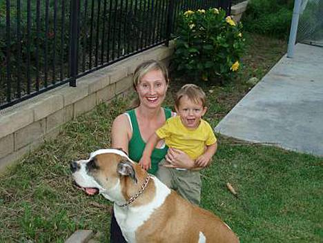 Helpottunut Henrietta Nymark-McMahon hoivaa evakossa poikaansa ja koiraansa.