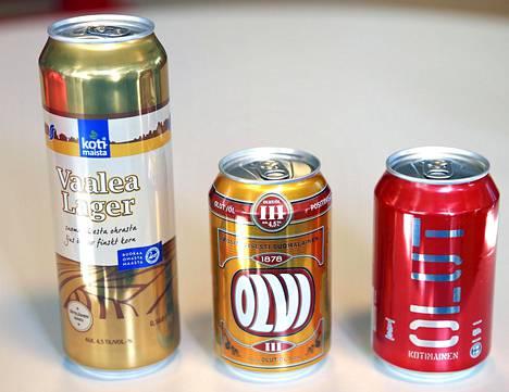 S-ryhmän valmistuttama Vaalea lager (vas.), Olvin oma III-olut ja Lidlin valmistuttama Kotimainen-olut.