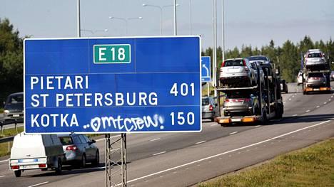 Käyttöön otetaan raskaan liikenteen tienkäyttömaksu eli vinjetti. Tässä vaiheessa on jo tiedossa, että maksu tulee perustumaan aikaan ja kustannus kompensoidaan ammattiliikenteelle EU-maksimin mukaisesti.