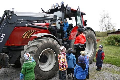Päiväkodin lapset vierailulla maatilalla.