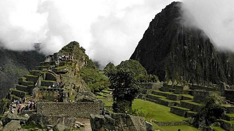 Pilvet väistyvät yllättäen inkakaupunki Machu Picchun yltä.