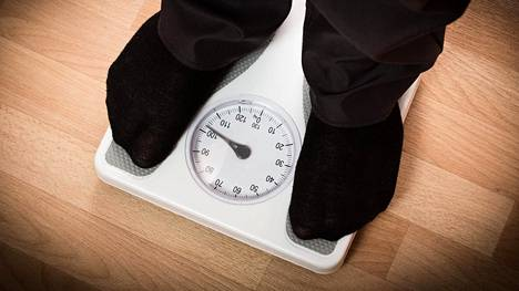 Tutkimusten mukana vähäkalorinen dieetti laskee painoa, mikä korjaa sokeritasapainoa.