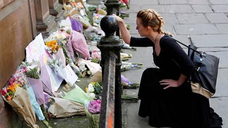 Uhrien muistoksi tuotuja kukkia Manchesterin keskustassa 23. toukokuuta 2017.