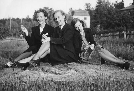 Sotasensuurin naiset Anne-Marie Fries, Astrid Lindgren ja Birgit Skogman kesällä 1945, kun toinen maailmansota ja työ kirjeiden tarkastajana päättyivät.