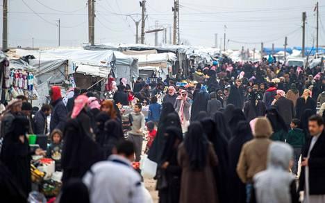 Lähes kaikki Isisin alueelta Baghouzista evakuoidut, paenneet ja antautuneet ihmiset on sijoitettu al-Holin leirille.