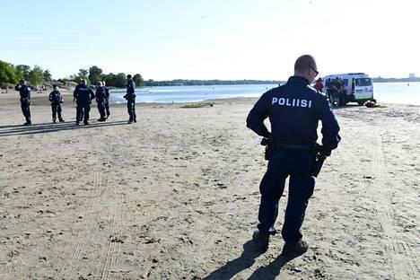 Poliisi selvittää hukkumisten syyt. Kuva juhannuspäivän tragediasta Hietaniemestä.