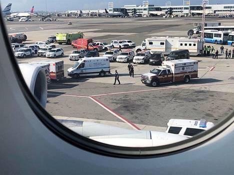 Matkustajan ottamien kuvien perusteella koneen ulkopuolella odotti useita ambulansseja ja poliisiautoja.