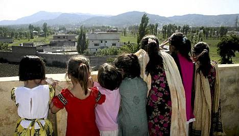 Naapuruston lapset tarkkailevat asumusta, jossa Osama bin Laden asui ja tuli surmatuksi.