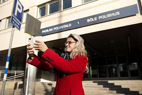 Päivi Räsänen otti ensitöikseen selfien poliisitalon edessä kuulusteluihin saapuessaan.