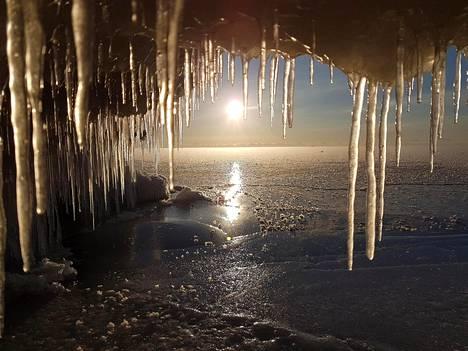 Aallot ovat muodostaneet kovien tuulien ansiosta upeita jäämuodostelmia meren rannalle Närpiön suunnalla.