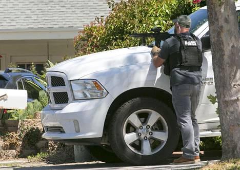 Poliisi suoritti etsintäoperaation epäillyn kotiin Powayssa.