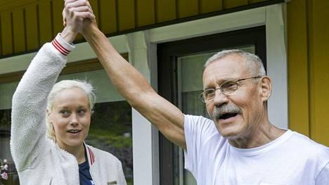 Laura ja Veikko Salminen kuvattuna kotonaan viime kesäkuussa.