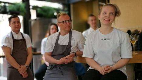 Ruokatapahtumaan osallistuvat ravintolat esiteltiin tällä viikolla Helsingissä. Tero Mäntykangas kuvassa keskellä. Sky-ravintolan keittiömestarina toimii Roope Kotila.