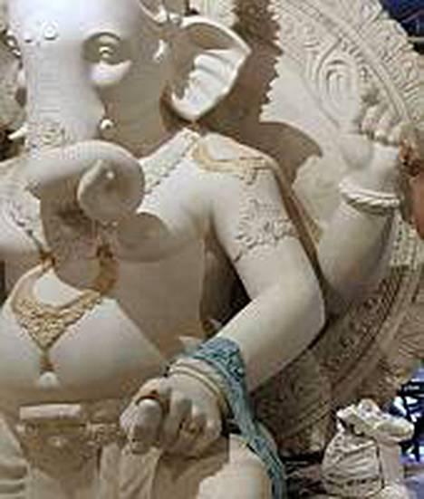 Hindujen Ganesh-jumalalla esitetään eri kuvauksissa olevan 2-16 kättä.