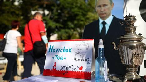 Venäjän Berliinin-suurlähetystön edustalla syyskuun lopulla järjestetyssä mielenosoituksessa Putinin vitsailtiin tarjoilevan Novitshok-teetä.