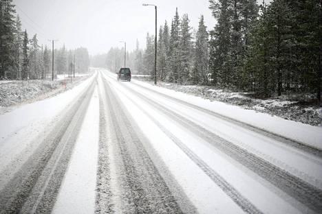 Ensilumi satoi Äkäslompolossa Kolarissa lauantaina.