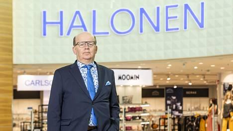 Veljekset Halonen Oy:n toimitusjohtaja Pekka Halonen esitteli keväällä 2019 avattuja Halosen ja Carlsonin uusia myymälöitä kauppakeskus Jumbossa Vantaalla.